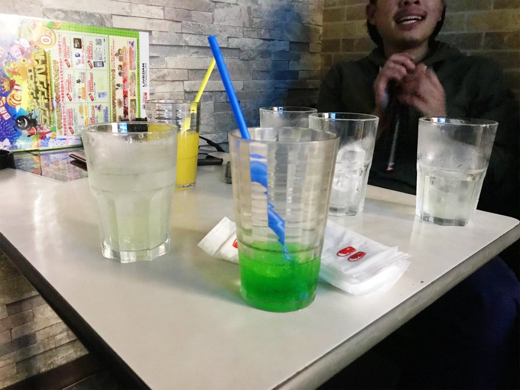 You can grab as MANY drink as you like in the nomihodai (all you can drink) package! All non-alcoholic drinks are self-serve, and they have options like orange juice, melon soda, slushies, iced tea, and even hot options like café au lait and green tea matcha lattes!