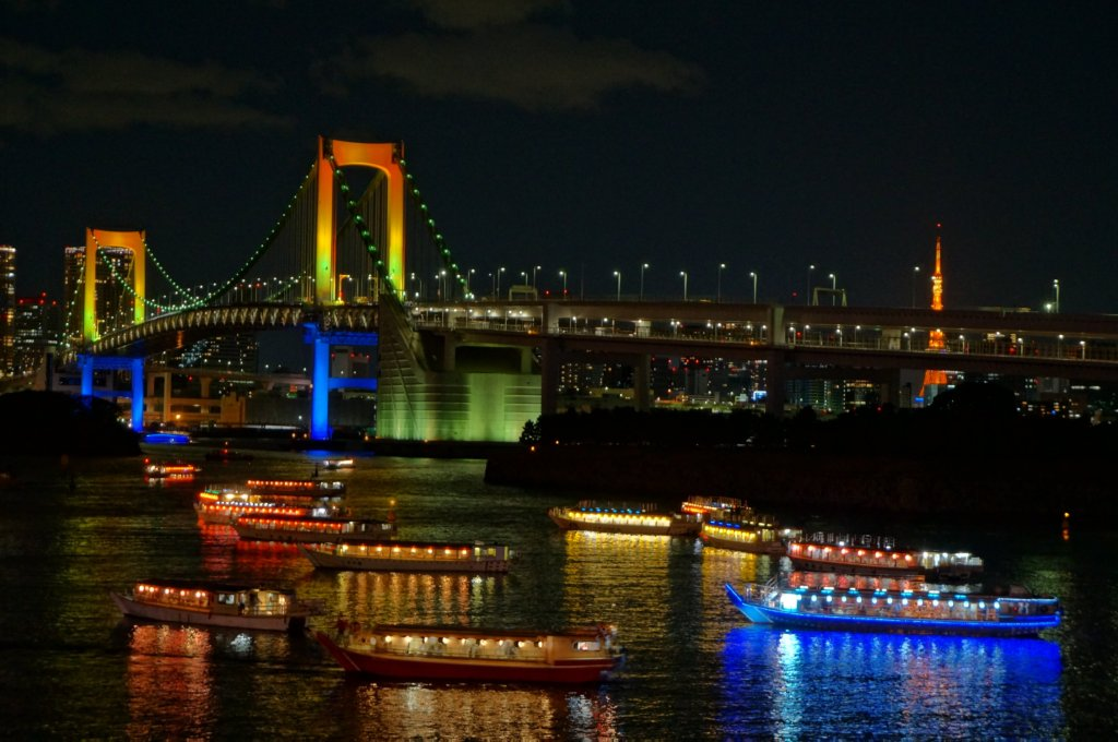 Pleasure boats, Rainbow Bridge and Tokyo Tower
